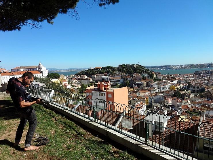 Was ist Glück? Gitarrespieler über den Dächern von Lissabon